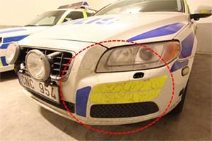 En av polisbilarna som till synes bär spår av brännbar vätska. © Polisen